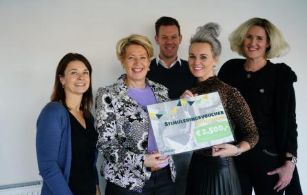 Ursula en Mariel en het groepje met Claudia Timmers, centrummanager Tubbergen