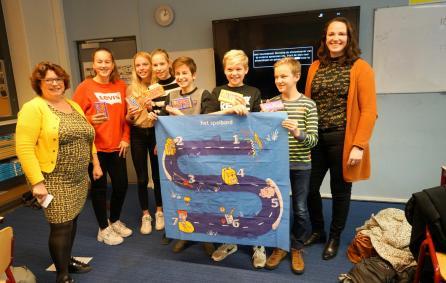 wethouders Duursma (dinkelland) en Berning met de winnende leerlingen van het spel